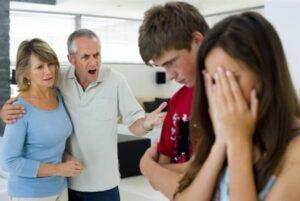 padres e hijos discutiendo
