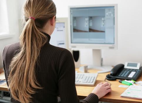 chica de espaldas trabajando en su ordenador