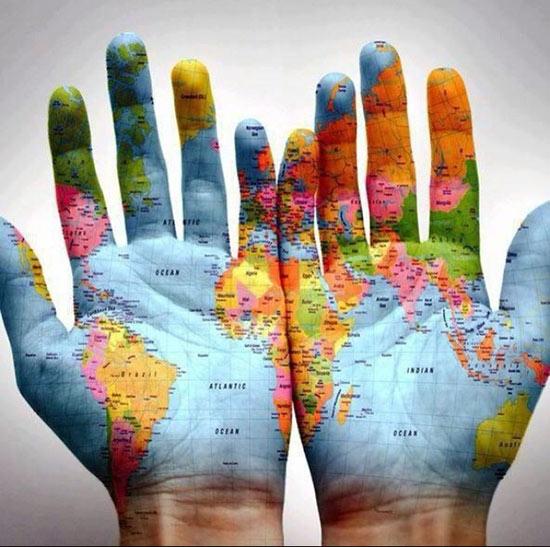 manos abiertas en las que están reflejadas un mapa del mundo