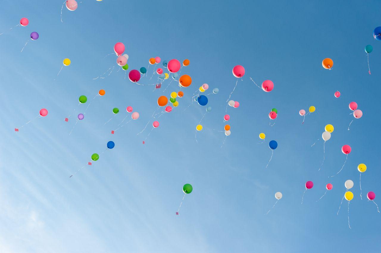 globos de distintos colores volando por el cielo