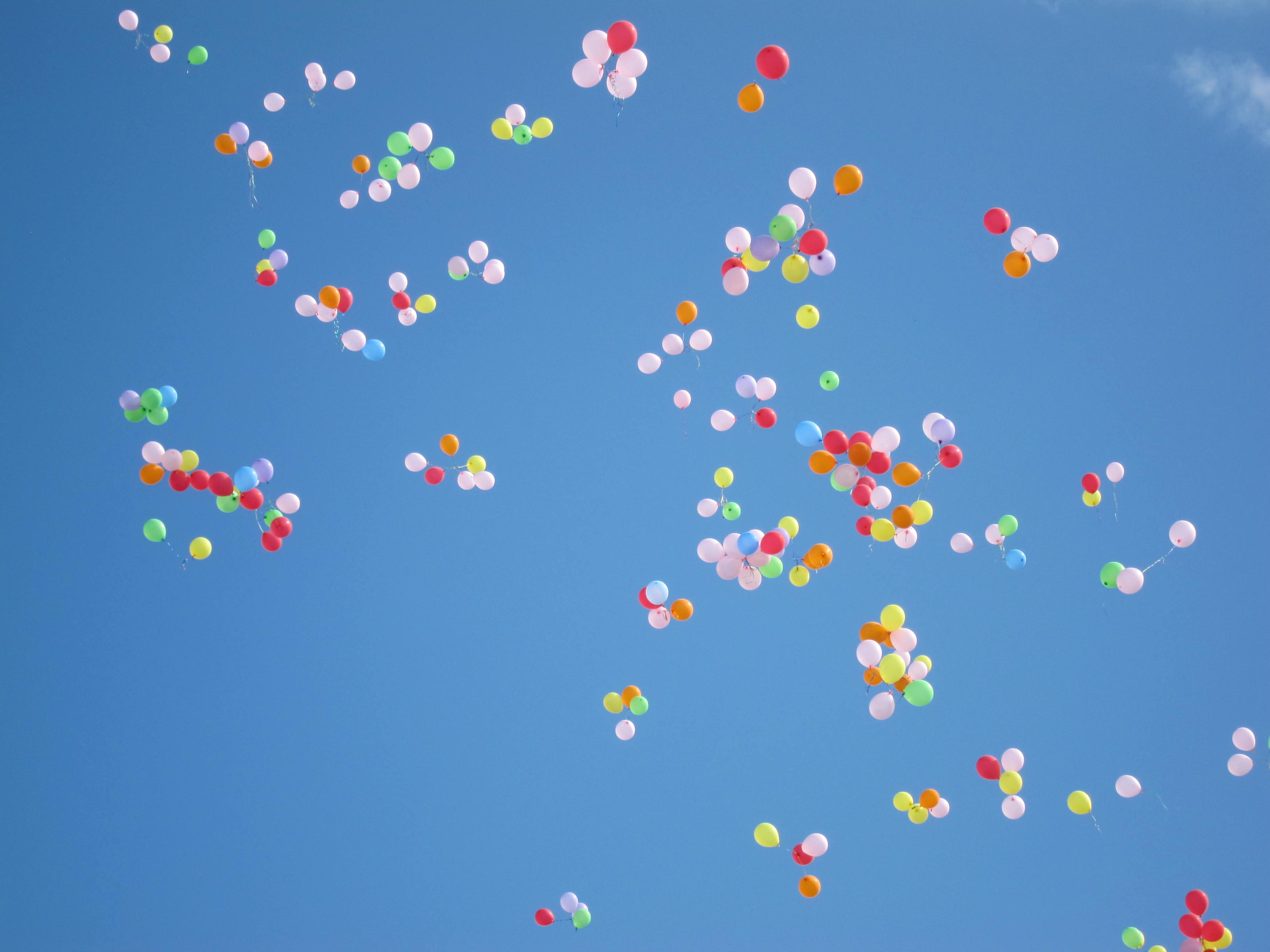 globos de distintos colores volando en el aire