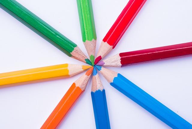 lapices de madera de colores metafora de diversidad en las aulas