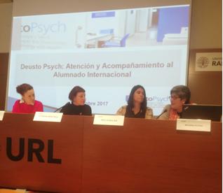 foto de la mesa en la que se presenta el servicio Deusto Psych y las 2 psicologas