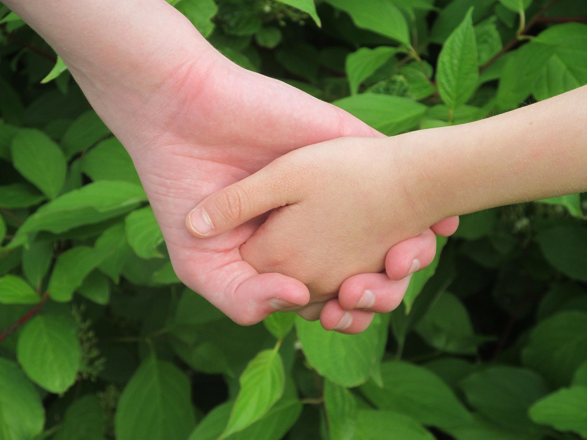 manos unidas entre hermanos/as