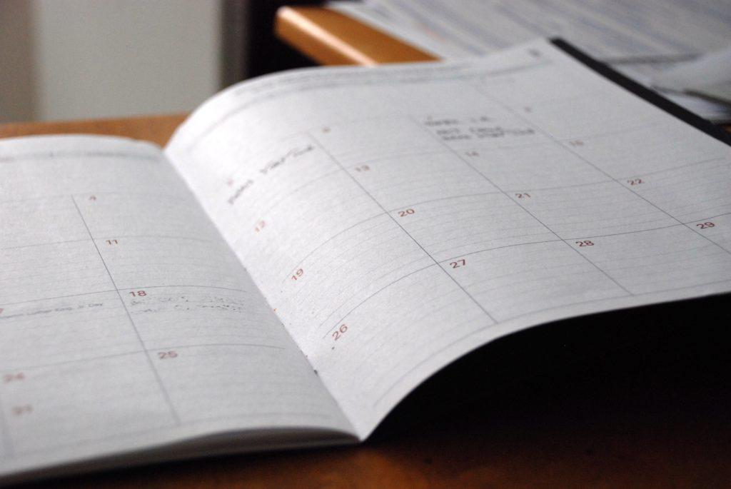 Agenda con una página abierta con los días de la semana