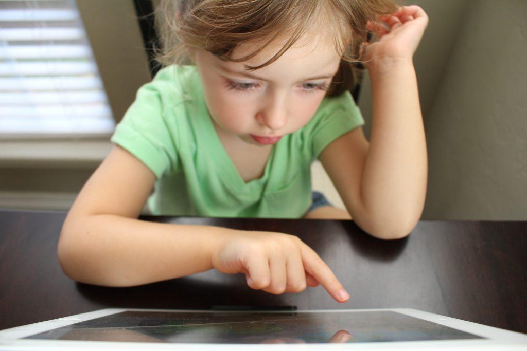 Niño aprendiendo con una tablet entender la dislexia