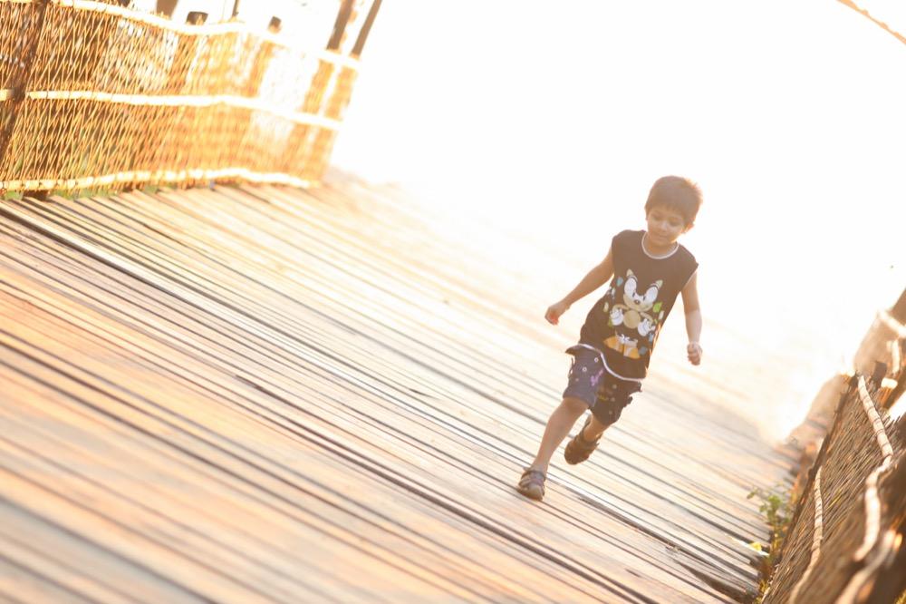 Convivir con un niño hiperactivo en verano: rutina flexible y mucha atención