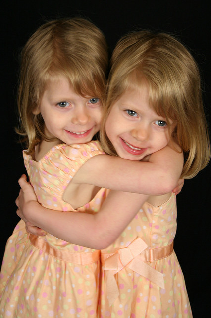 Los colegios se empeñan en separar a los hermanos gemelos